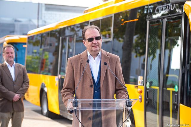 Dr. Hoppál Péter országgyűlési képviselő az új buszok pécsi átadásakor